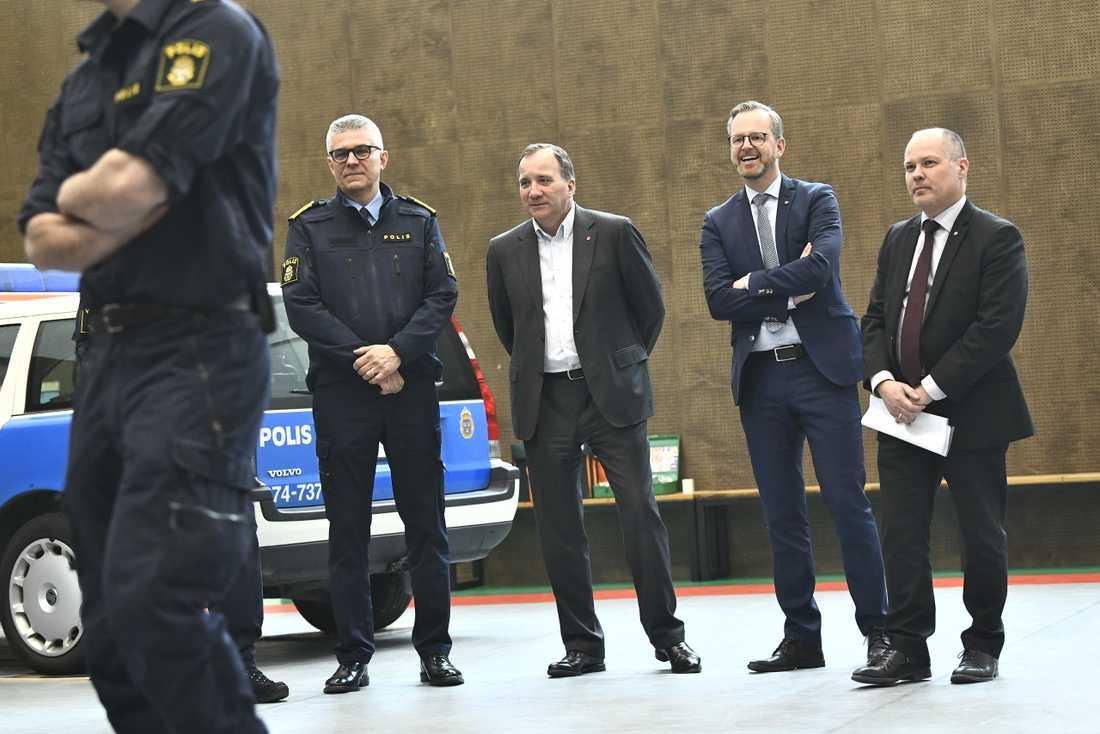 Rikspolischefen Anders Thornberg, statsminister Stefan Löfven (S), inrikesminister Mikael Damberg (S) och justitieminister Morgan Johansson (S) besöker polisutbildningen på Södertörns högskola.