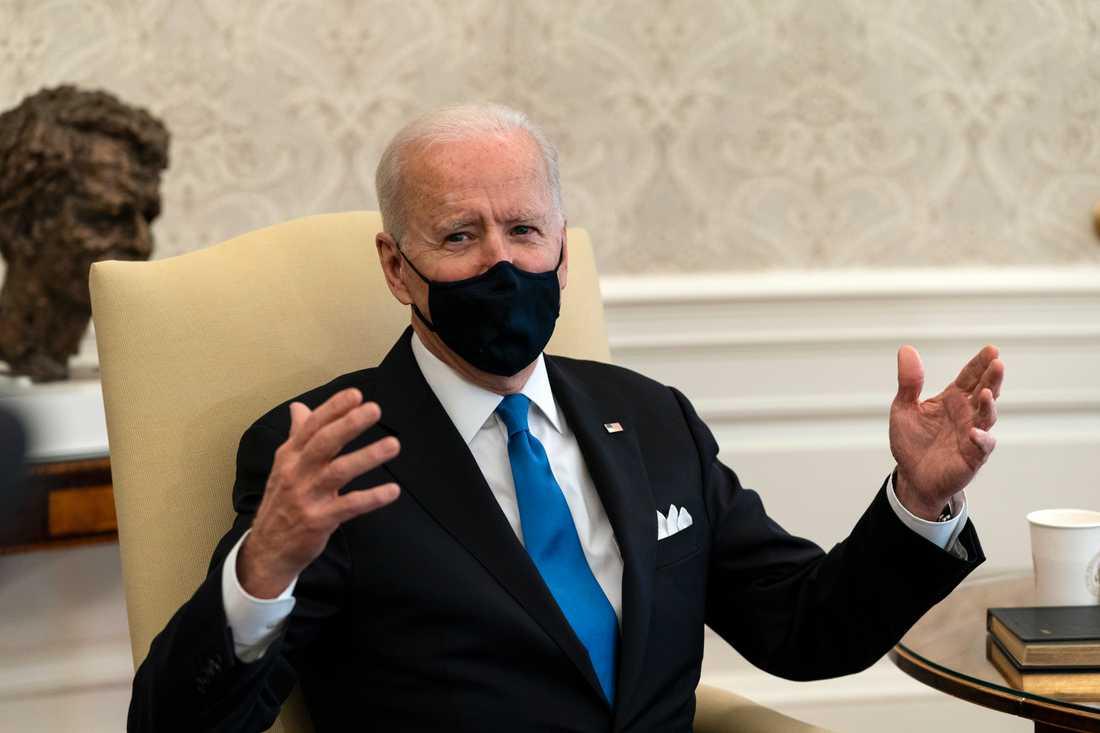 """USA:s president Joe Biden i Ovala rummet i Vita huset kallar beslutet dagen innan i delstaten Texas att häva kravet på munskydd för """"neandertalartänk""""."""