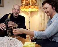 Billigt Bubbel Tilsammans med sin lettiska sambo Santa lever Peo Jonsson, 64, gott i Lettland. En flaska lettisk champagne kostar till exempel bara 39 kronor.