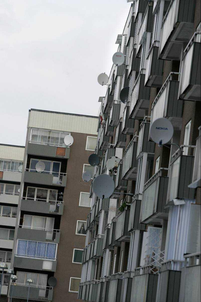 Alby såldes ut I fredags avslöjades att 1300 av allmännyttans lägenheter i Stockholmsförorten Alby sålts till riskkapitalisten Mikael Ahlström. Detta trots att 6 600 namn samlats in för att stoppa utförsäljningen.