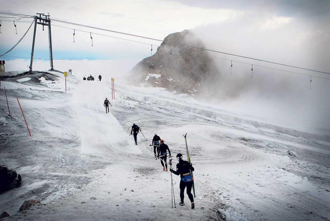08.10, lördag: Vinden biter i kinderna, lördagmorgonen är bister och underlaget isigt. Men det är vardag för en skidåkare. Charlotte Kalla vandrar mot banorna på glaciären i bergen ovanför Ramsau.