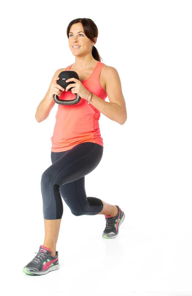 1 Utfall med rotation Så gör du: Stå med fötterna höftbrett isär och håll vikten framför dig nära kroppen. Ta ett kliv bakåt med höger ben och sänk kroppen med rak höft till 90 grader i knäled.