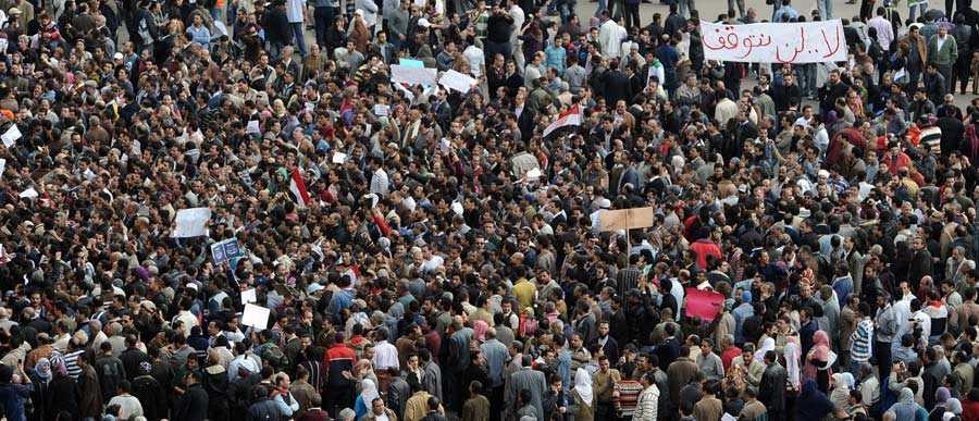 Tiotusentals demonstranter hade vid lunchtid samlats på Befrielsetorget.
