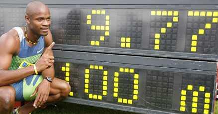 I rekordfart. Asafa Powell från Jamaica tangerade sitt och Justin Gatlins världsrekord vid tävlingar i engelska Gateshead i dag.
