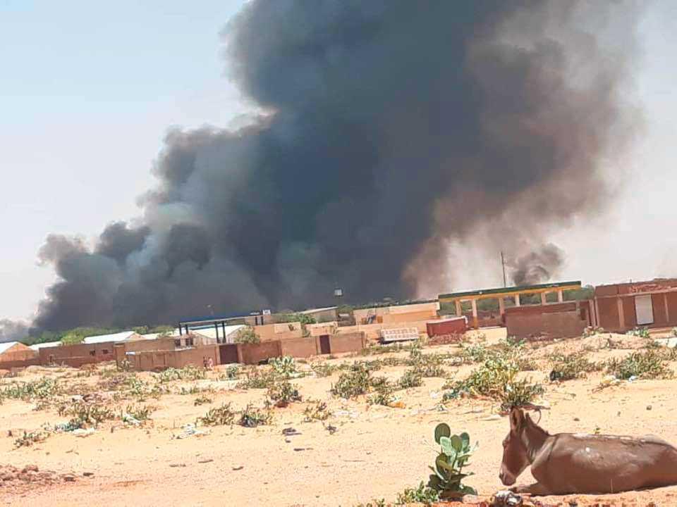 Rök syns över flyktinglägret Abu Zar i västra Darfur, Sudan, efter etniska sammandrabbningar tidigare i veckan.