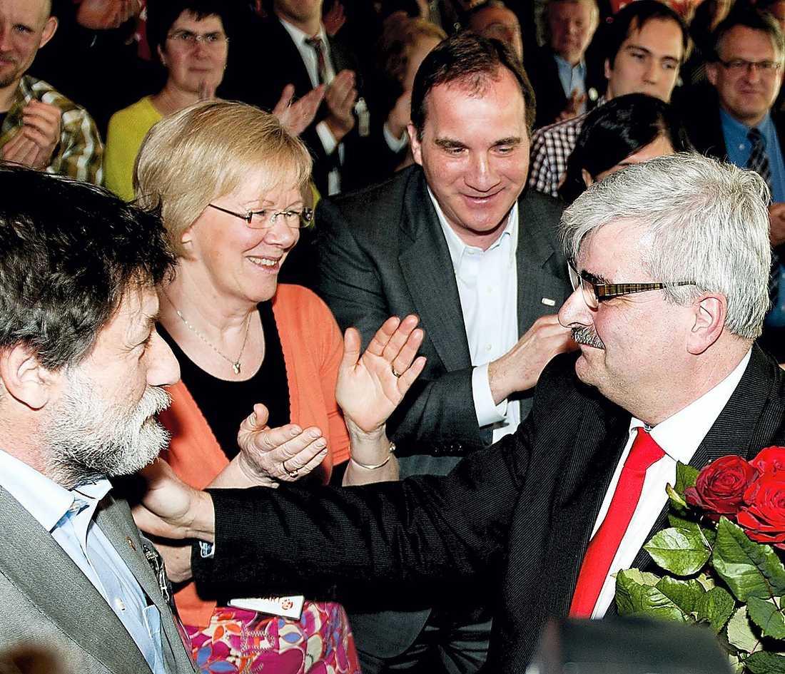 ANDRA ROLLER Stefan Löfven gratulerade Håkan Juholt när han valdes till partiordförande förra året. Nu är det Juholt som säger grattis till Löfven.