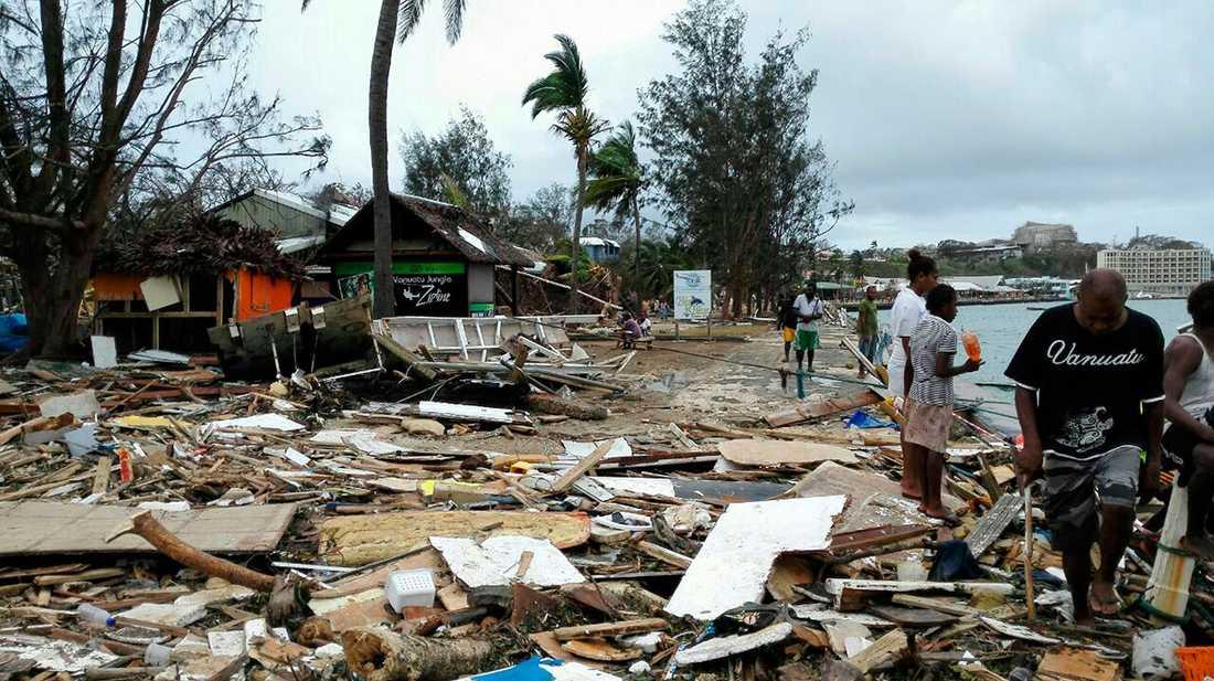 Bråten har blåst samman i stora högar. Här i Port Vila.