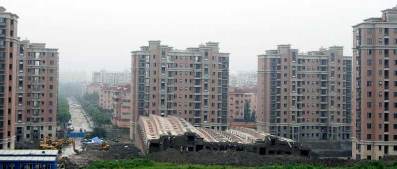 Hus på sidan Helt oförklarligt välte plötsligt höghuset i Shanghai över ända.