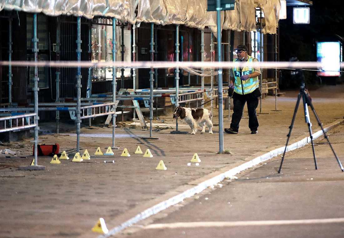 Två män har dödats och fyra har skadats i en skottlossning i Malmö.