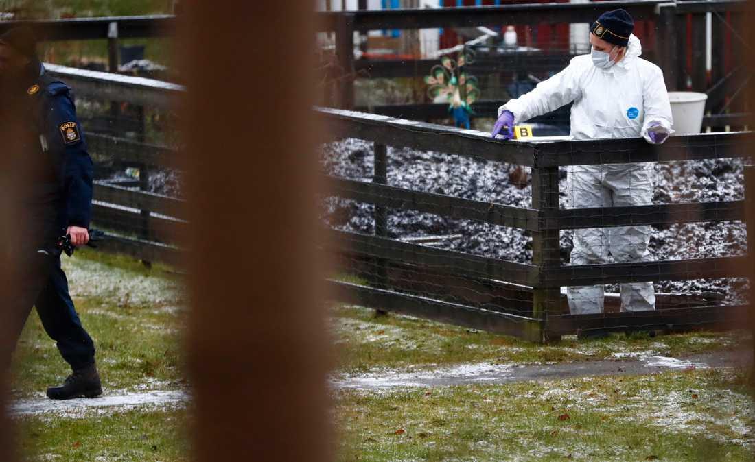 En man har hittats död utomhus i Kvibergsområdet i Göteborg med skottskador på kroppen.