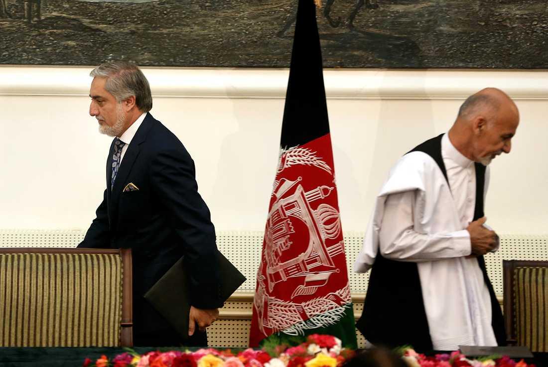 De dåvarande presidentkandidaterna Abdullah Abdullah och Ashraf Ghani efter att de skrivit under en överenskommelse om maktdelning i presidentpalatset i Kabul i september 2014.