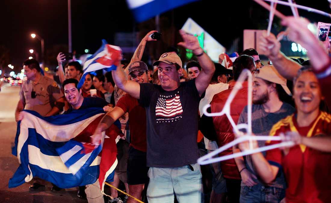 Exil-kubaner firar Castros död i stadsdelen Little Havana, Miami.
