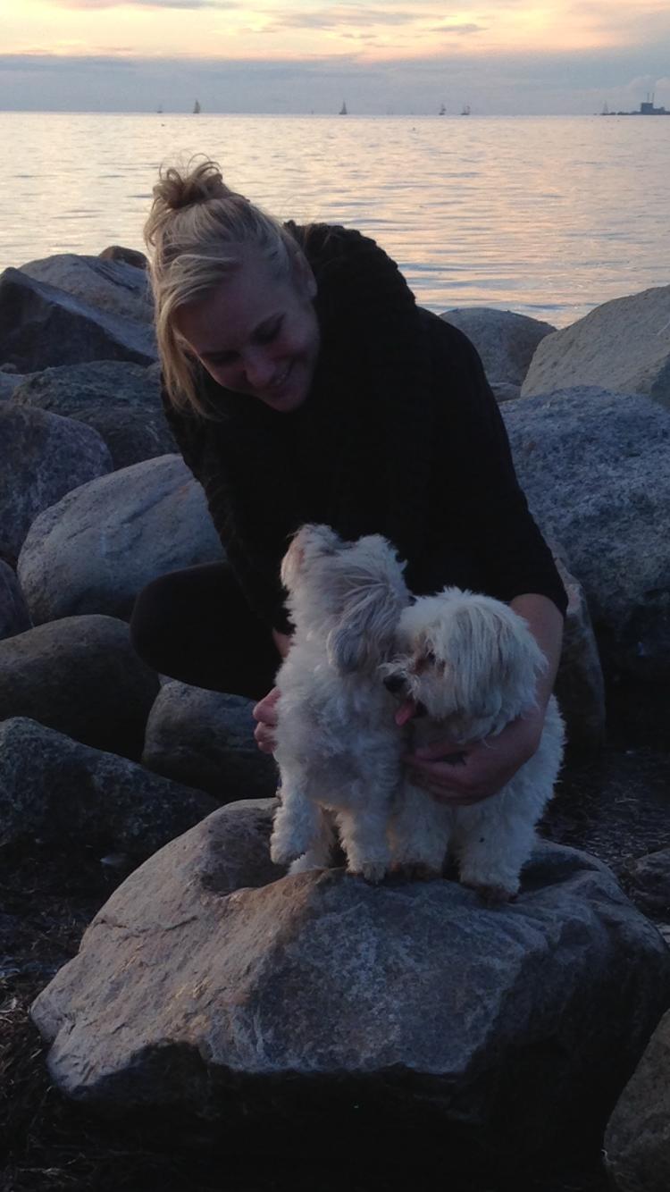 Beatrice med hundarna Maja och Tindra.
