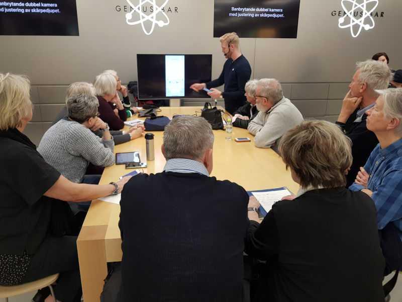 På Apple-kurs får seniorerna tex lära sig baskunskaperna i hur en Iphone fungerar.