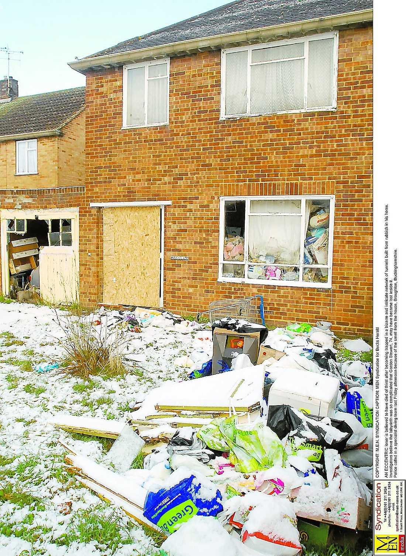 ohygglig stank Gården utanför huset var också full av skräp.