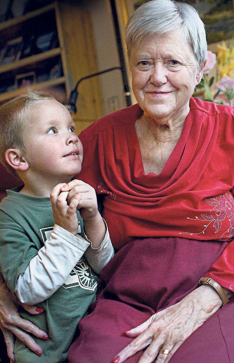 Gulli Johanson, här tillsammans med barnbarnet Noah, förlorade elva år av sitt liv på grund av felmedicinering. Nu vill hon och hennes barn få ersättning och skapa en fond för att hjälpa andra som drabbats av samma sak.