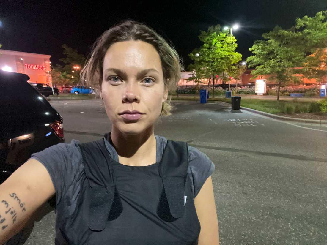 Expressens korrespondent Nina Svanberg träffades av någon typ av gummikula natten till lördag.