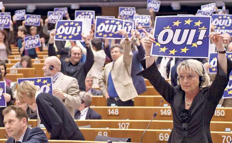 Nedlemmar av Europaparlamentet försöker påverka under en omröstning. Foto: AP