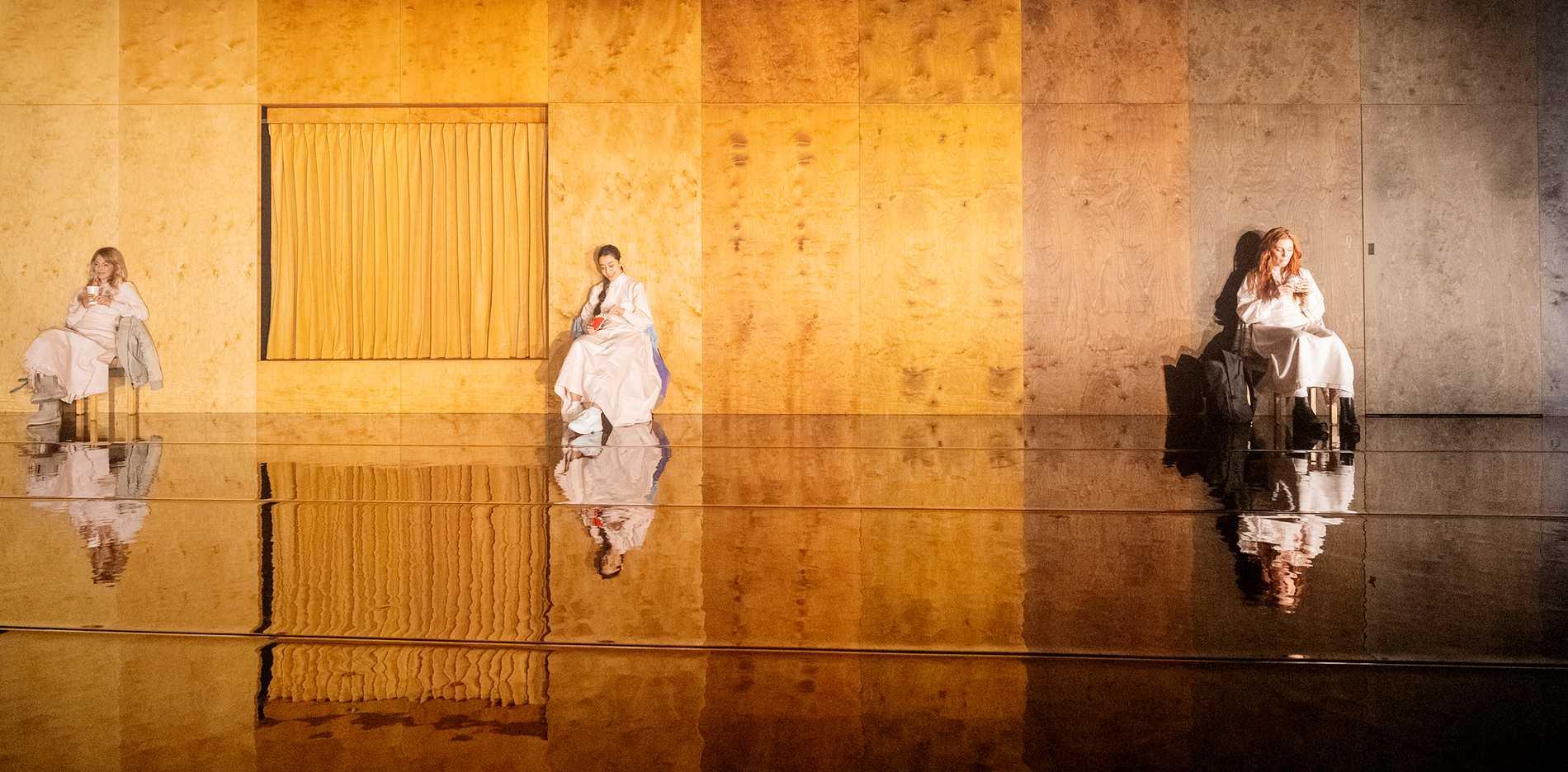 """Anna Harling, Inez Andersson och Emelie Strömberg i """"Luciakandidaterna"""" på Backa Teater i Göteborg."""