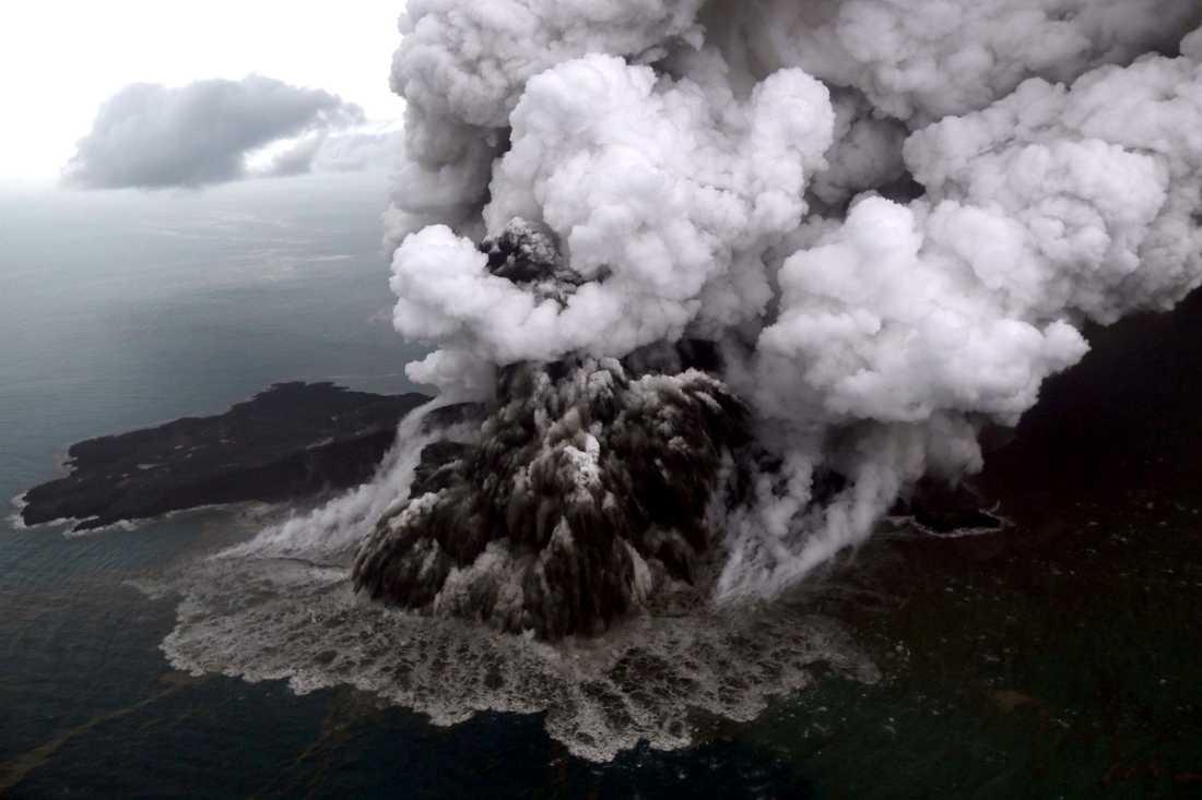 Nu varnar myndigheter för att ny tsunami kan triggas igång av aktiviteter från vulkanen Krakatau.