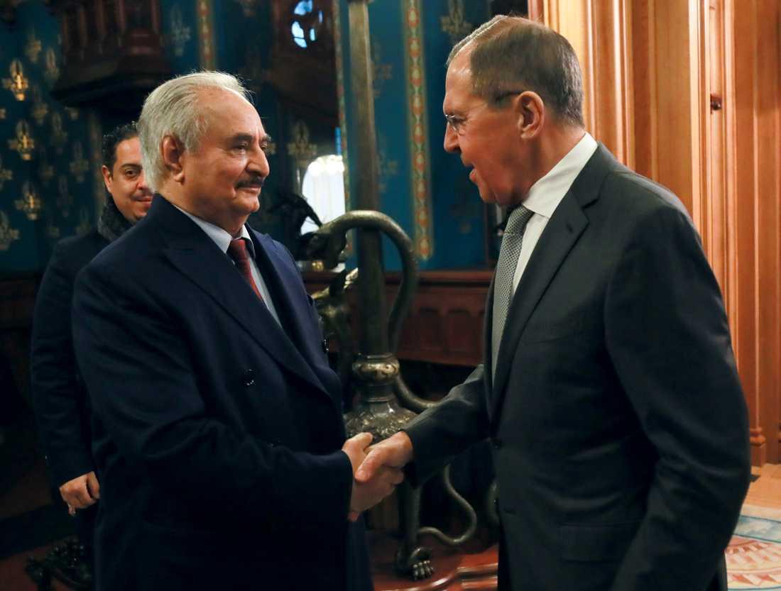 Khalifa Haftar skakar hand med Rysslands utrikesminister Sergej Lavrov vid måndagens samtal i Moskva.