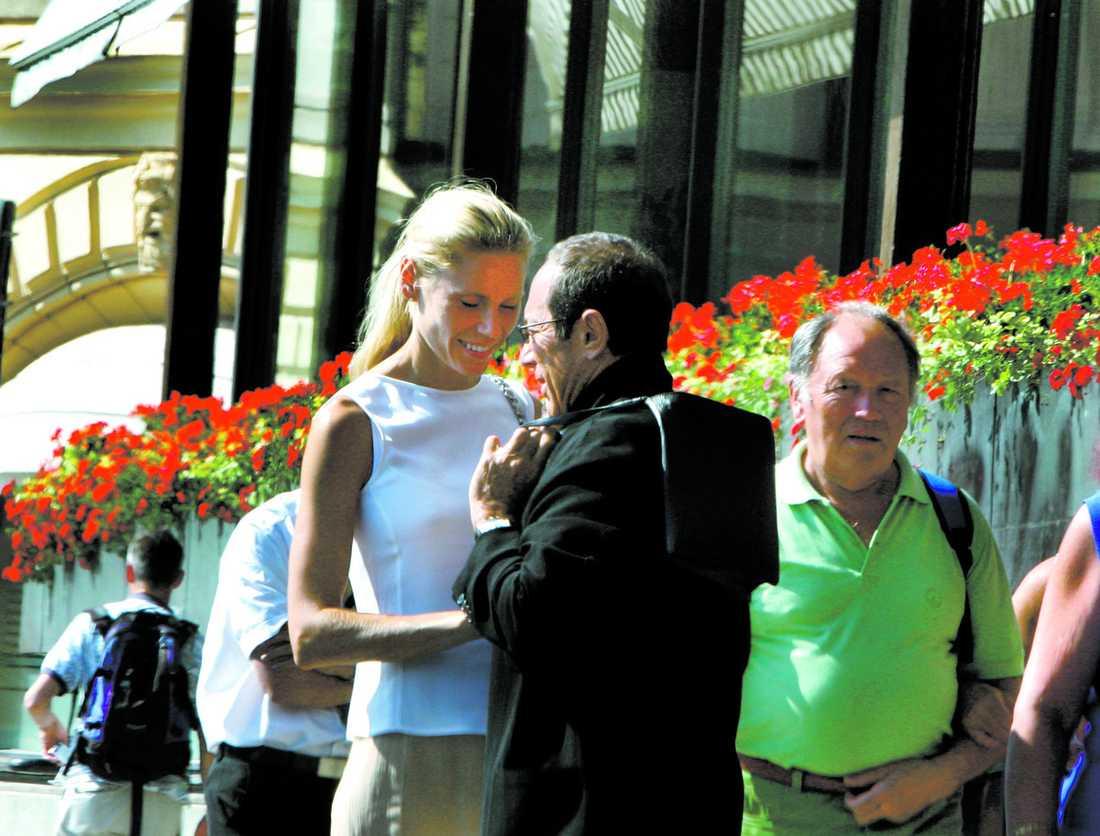 på sverigebesök På lördag gifter de sig. Skönhetsmissen Anna Åberg, 37,och sångaren Paul Anka, 67. Paret planerar att köpa hus i Sverige.