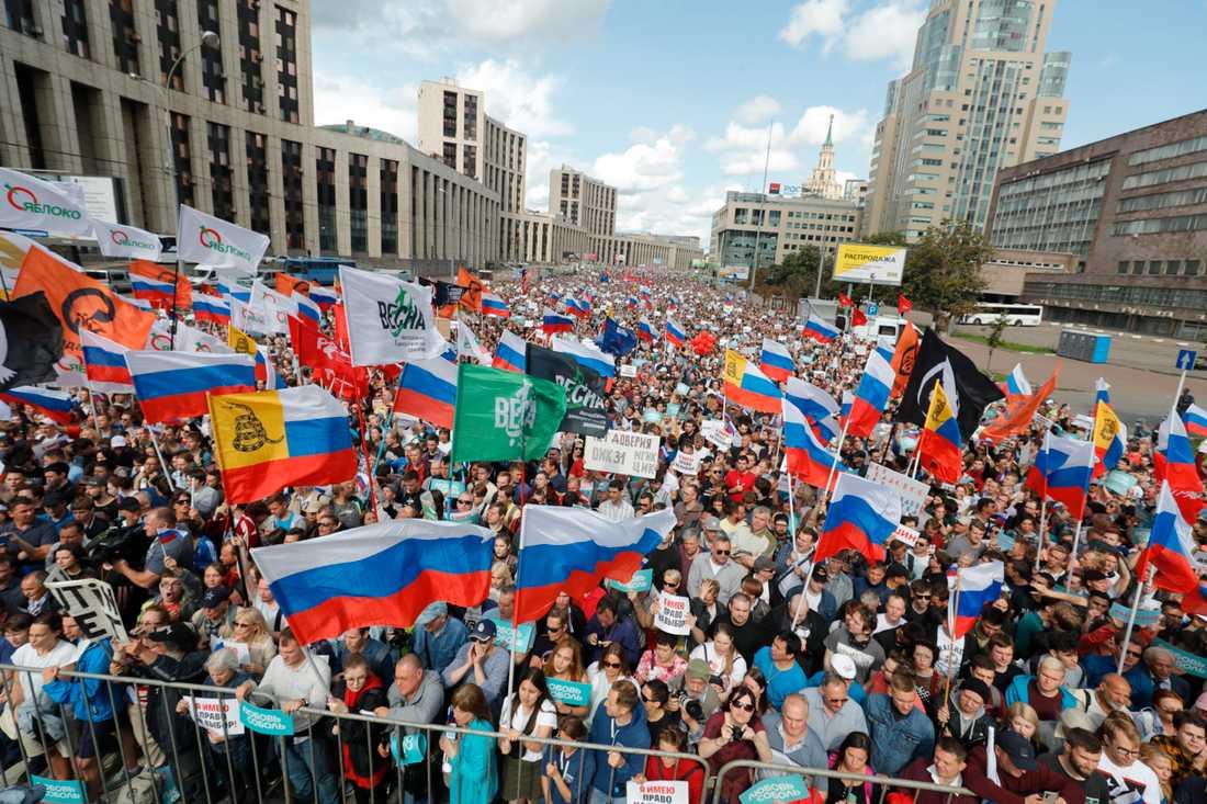 Fler än 20000 personer, inklusive framträdande oppositionspolitiker, samlades under lördagen i en manifestation i centrala Moskva för att kräva fria och rättvisa lokalval.