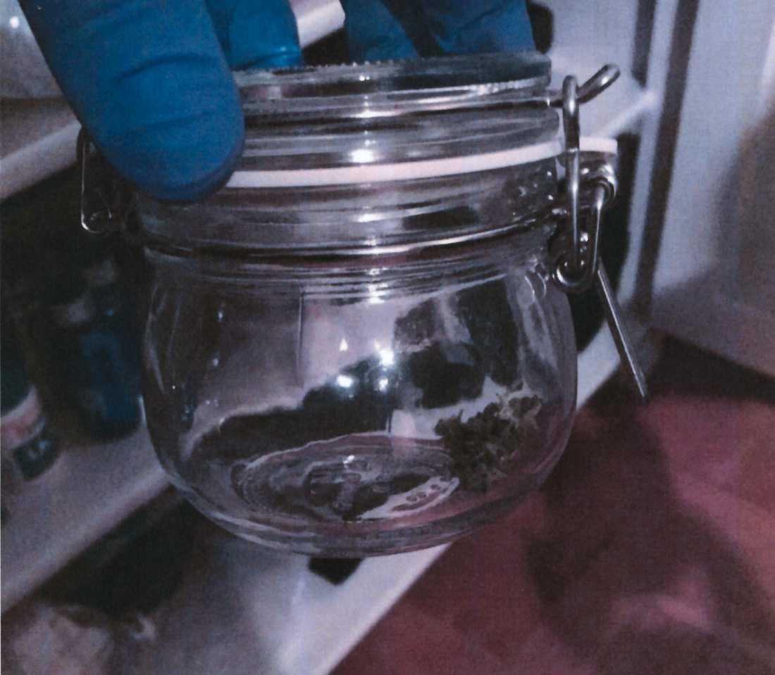 En glasburk med marijuana som hittades hemma hos kvinnan.