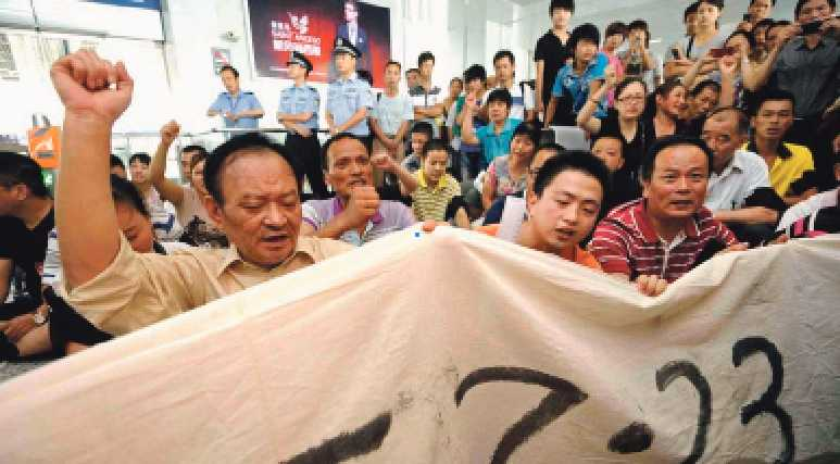 protest  Anhöriga till offren för tågolyckan i Wenzhou, som kostade 40 människor livet, kräver att få veta vad som orsakade kraschen.