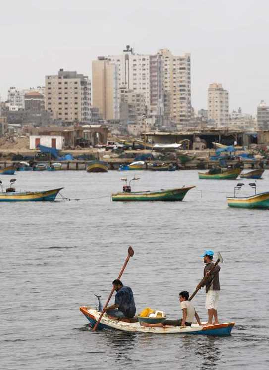 Palestienier fiskar i hamnen på lördagsmorgonen på grund av blockaden.
