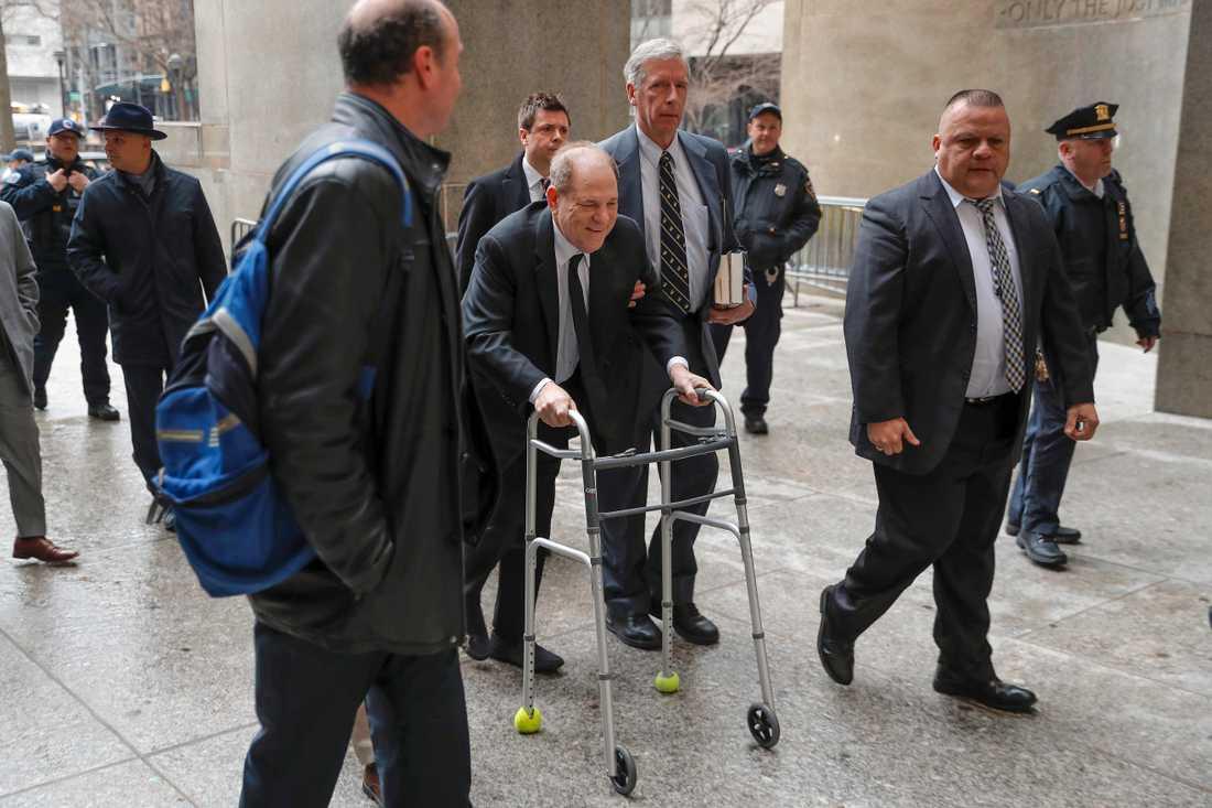Harvey Weinstein anländer till rättegången i New York under måndagseftermiddagen svensk tid.