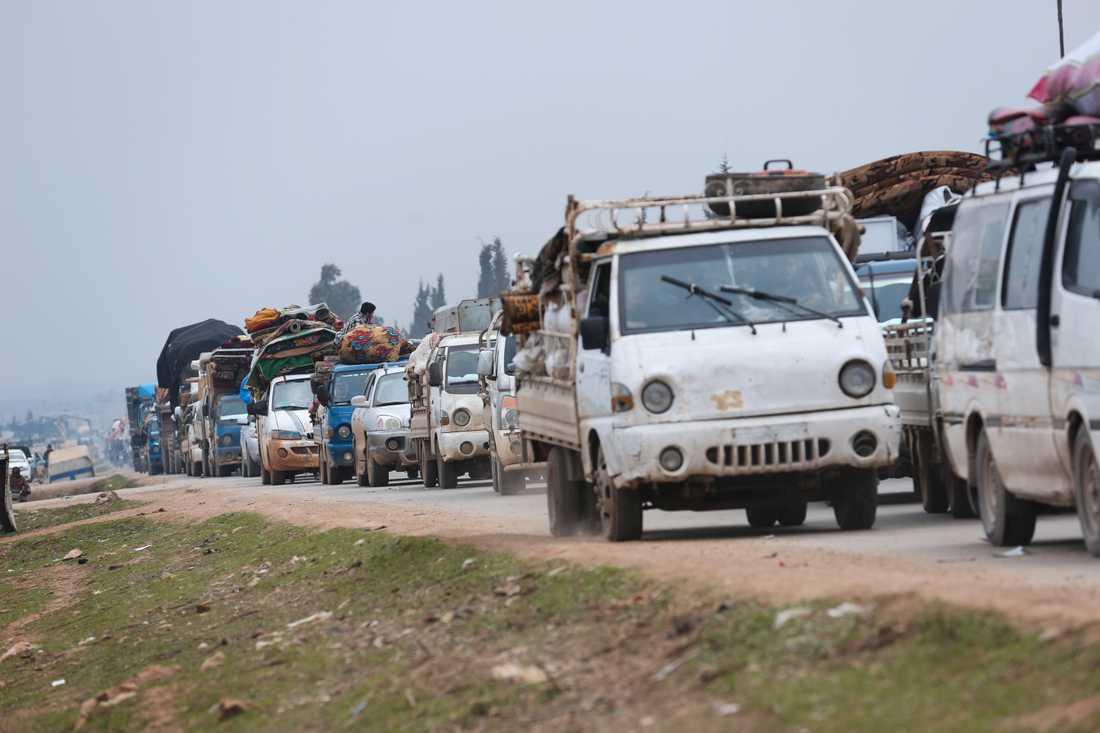 Syriska flyktingar i Idlib på väg mot gränsen mot Turkiet under onsdagen.