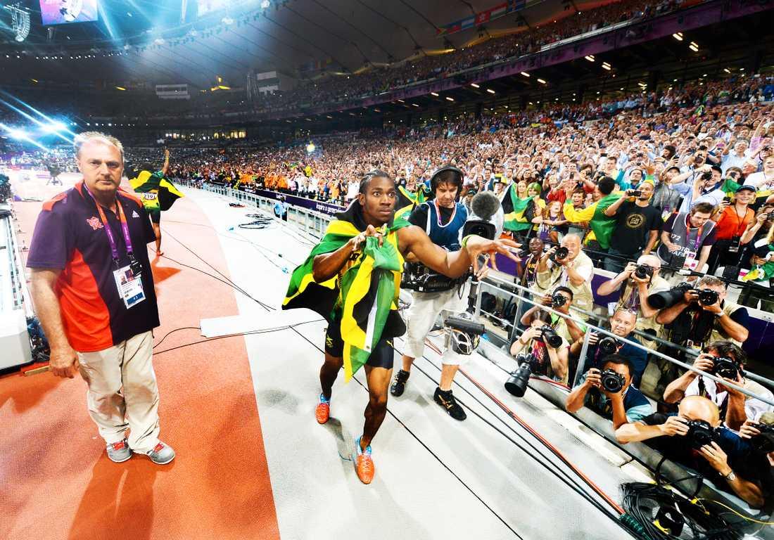 Bolt lånar Sportbladets fotograf Jimmy Wixtröms kamera och förevigar segerfesten och Jamaicas storslam i 200 meters finalen.