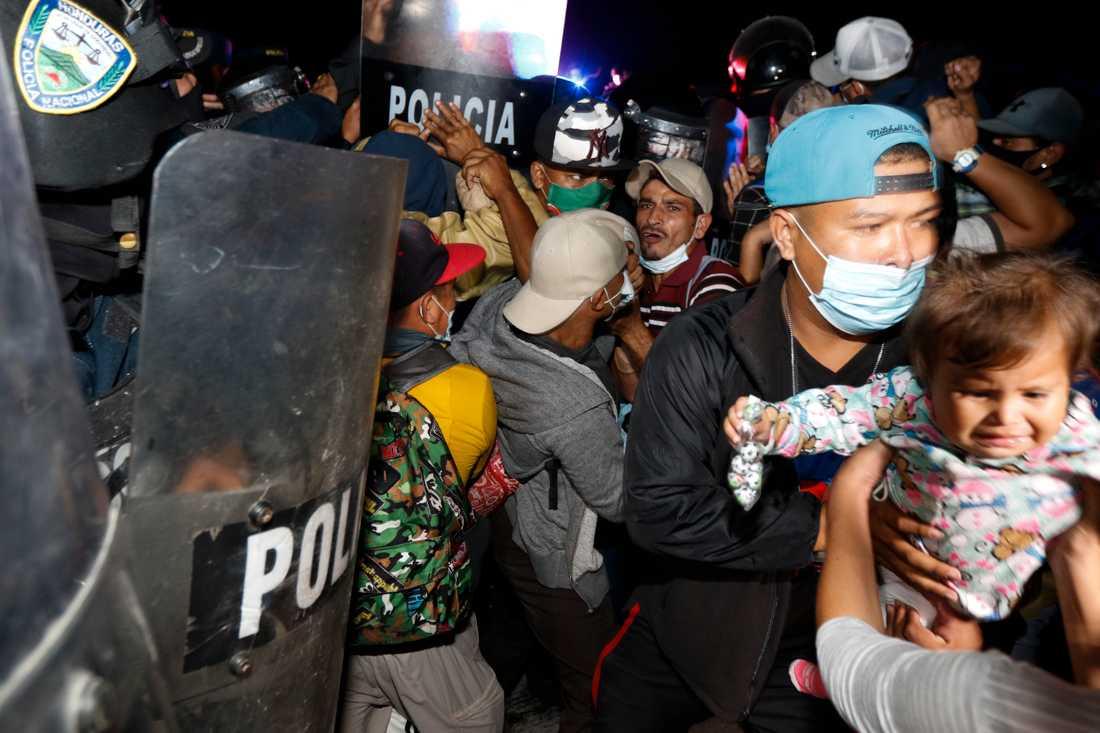Gränspolis försöker hindra människor att gå över gränsen mellan Honduras och Guatemala.