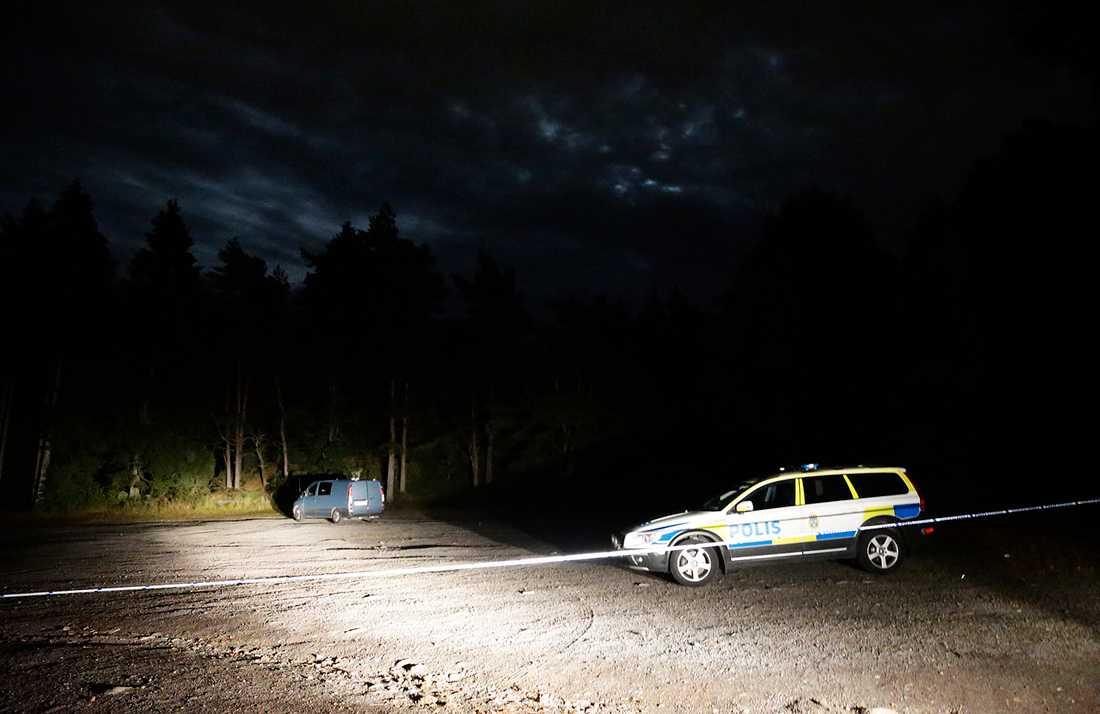 Polisen spärrade av ett större området vid Sisjön.