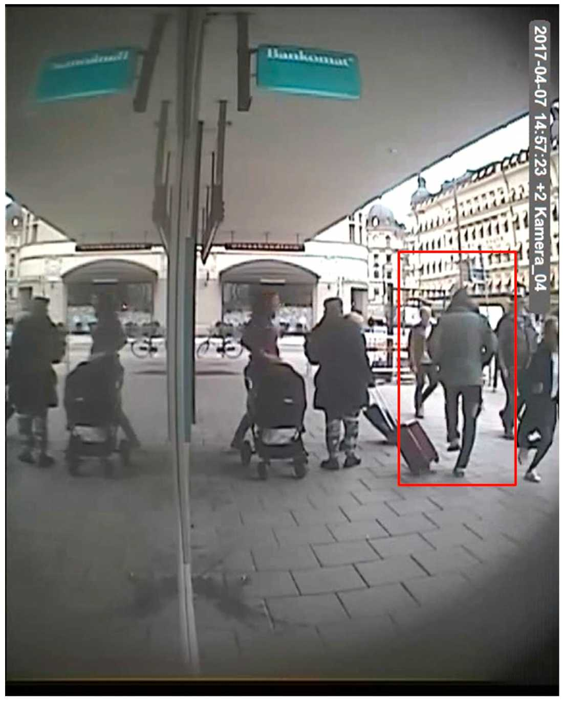 Akilov går längs Vasagatan.