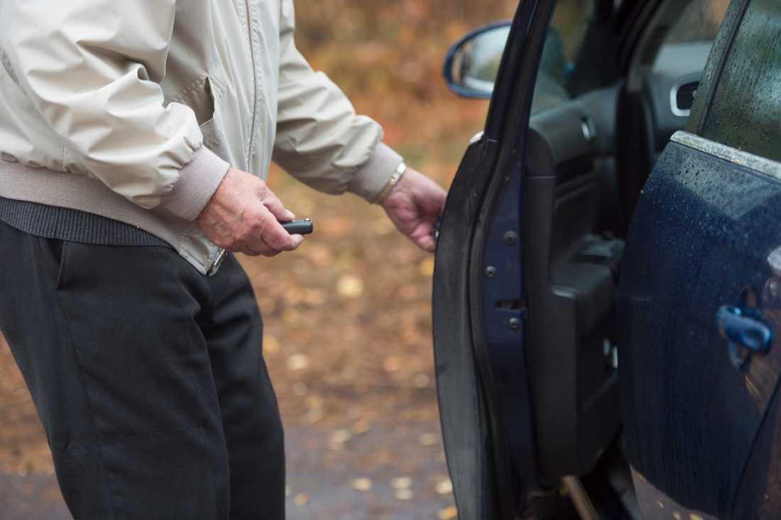 En pensionär gör sig redo att sätta sig bakom ratten.