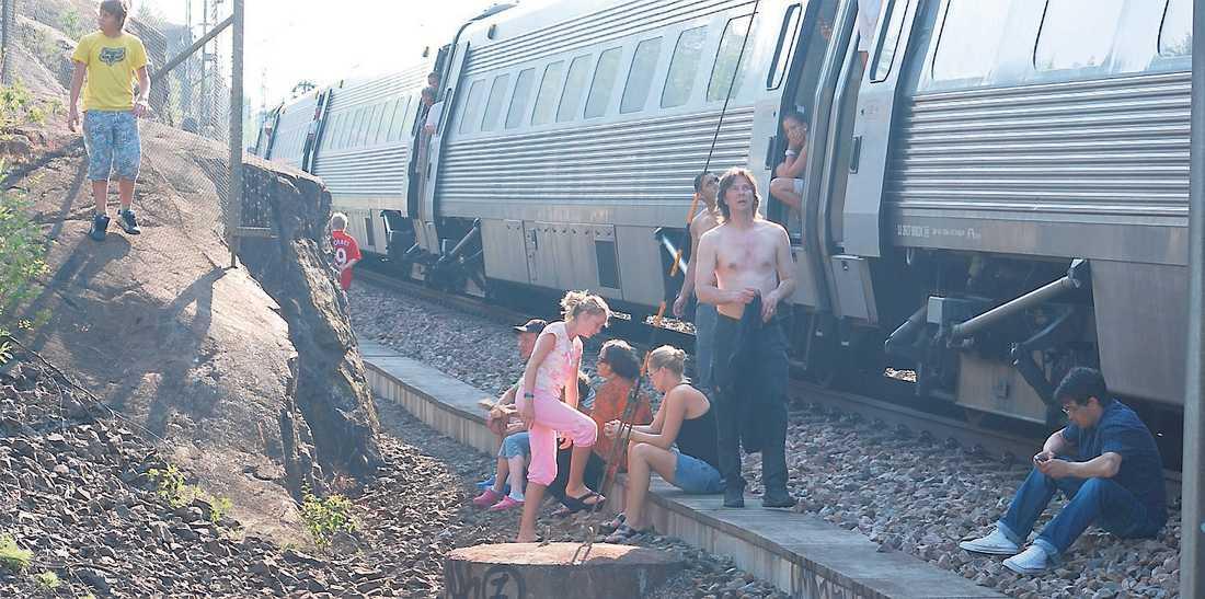I somras satt 200 passagerare fast i heta tågvagnar mellan Stockholm och Södertälje i sju timmar.