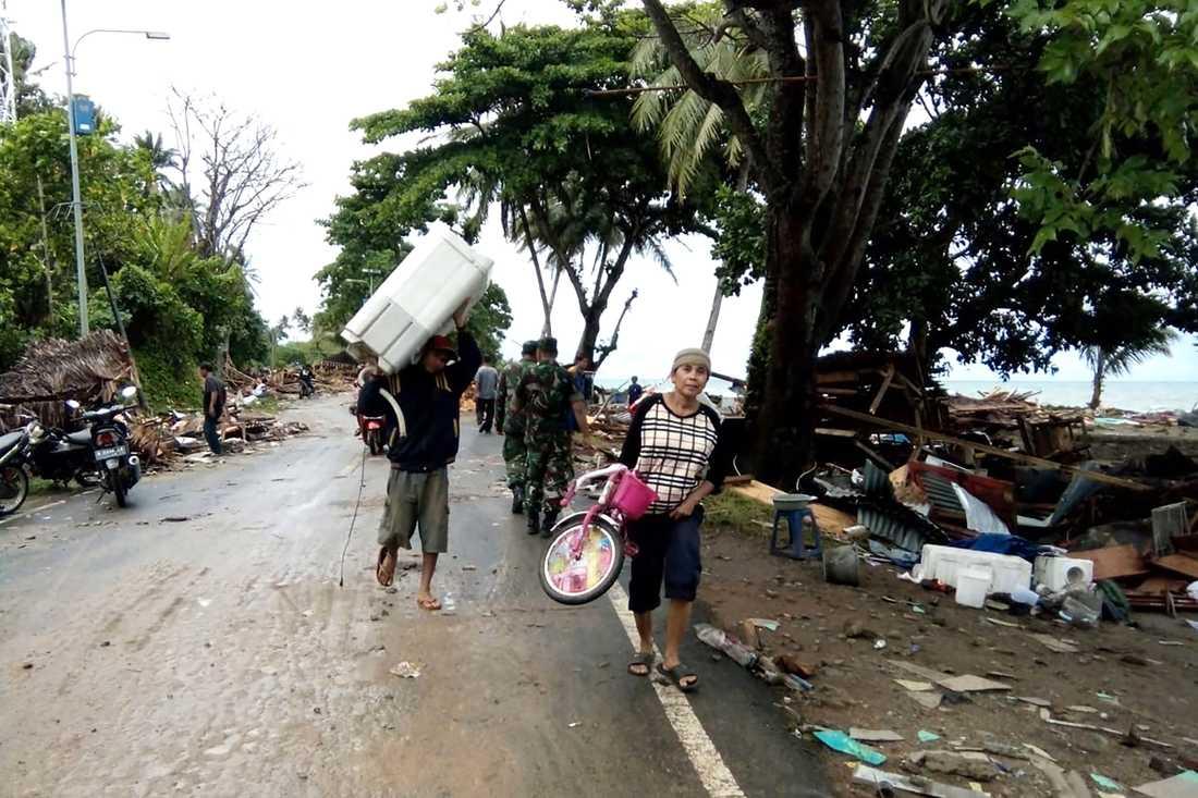 Minst 168 personer har dött efter att en tsunami nådde stränderna vid Sundasundet i Indonesien.