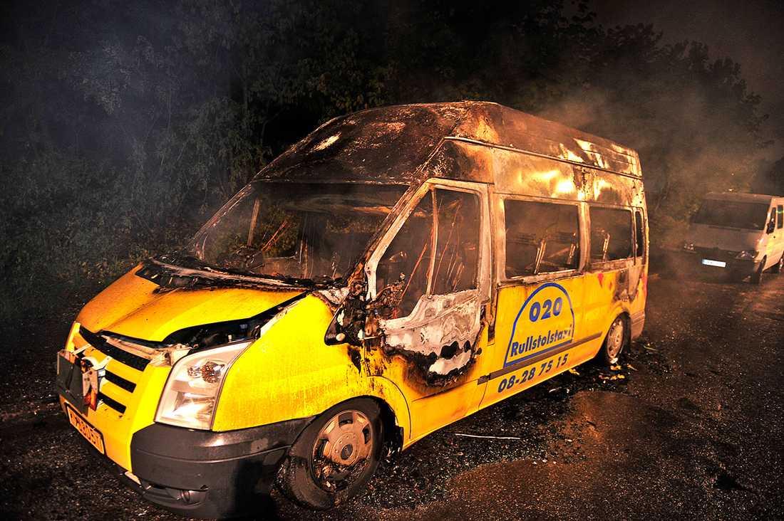 En taxi sattes i brand i Hagsätra.