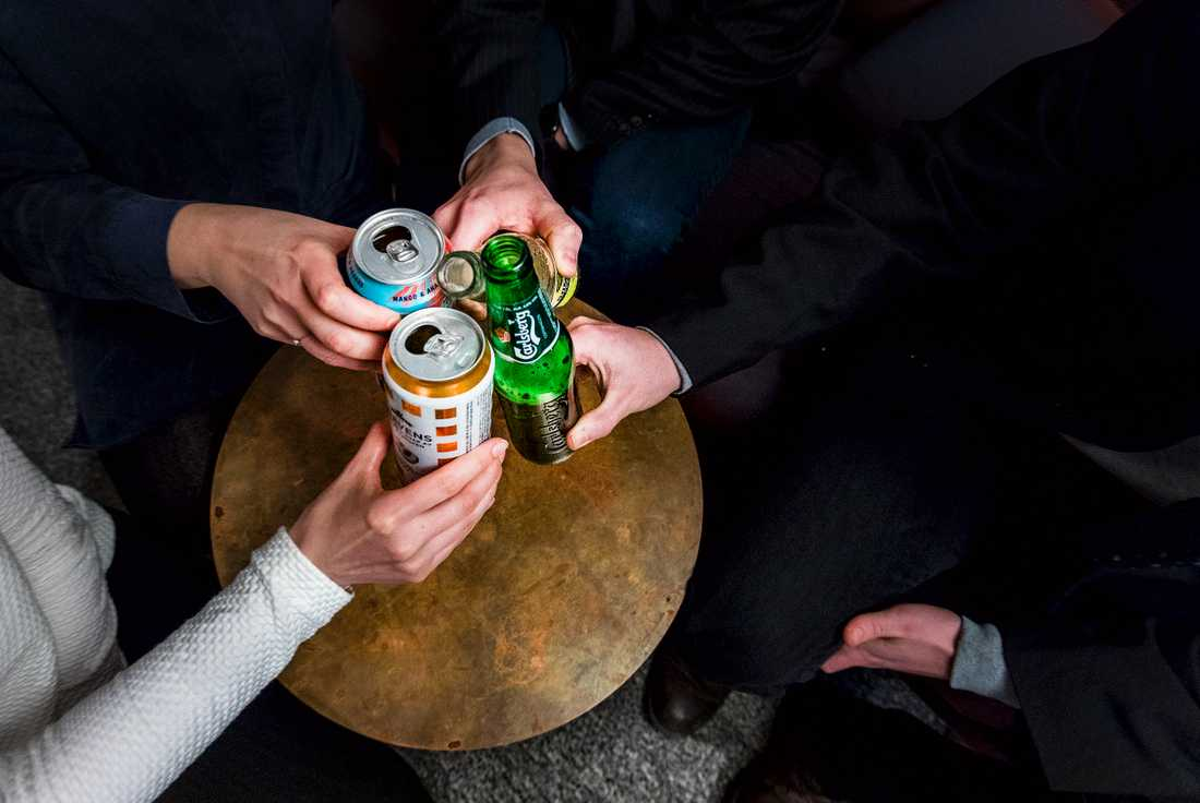 Drick alkohol med måtta under kickoffens eventuella fester, och gör inget du kommer ångra dagen därpå. Arkivbild.