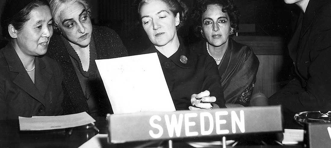 Sveriges och världens första kvinnliga FN-ambassadör Agda Rössel (med pappret) under ett möte som ordförande i FN:s kommission för kvinnors ställning 1959. Rössel arbetade som ensam kvinna bland ett 60-tal FN-ambassadörer.