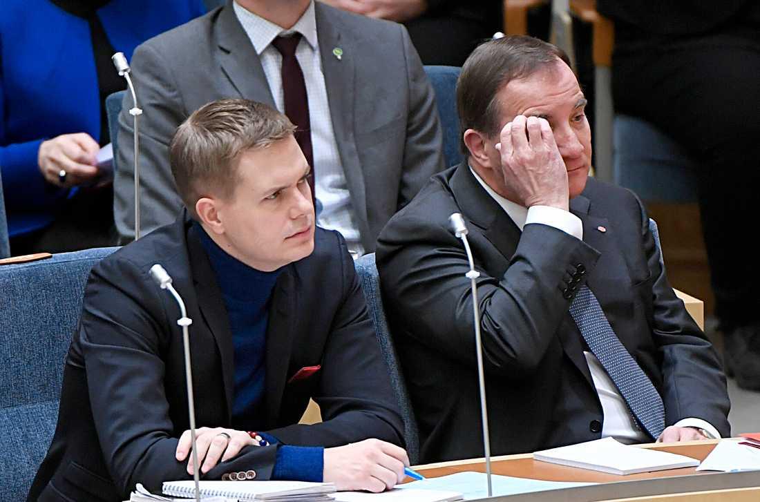 Gustav Fridolin (MP) och Stefan Löfven (S) under partiledardebatten i riksdagen.