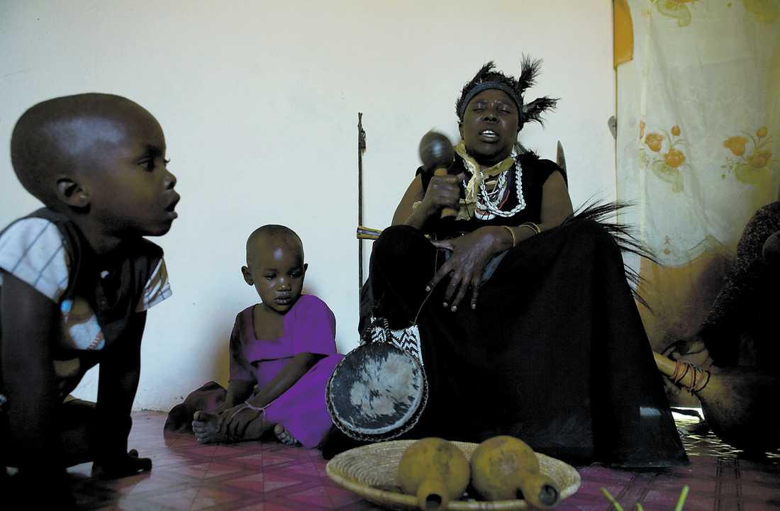 Tilltron till häxkonst är stor på flera håll i Tanzania. Vissa använder kroppsdelar från albiner i lyckobringande mediciner.