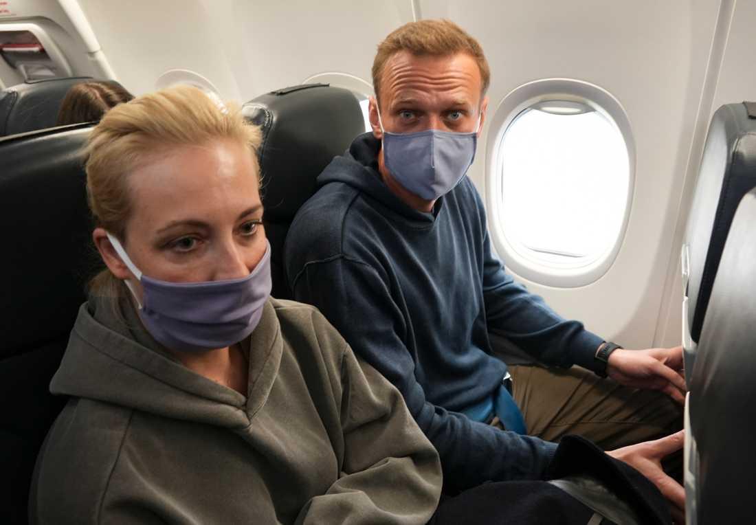 Aleksej Navalnyj och hans fru Julia på flygplanet på väg mot Moskva.