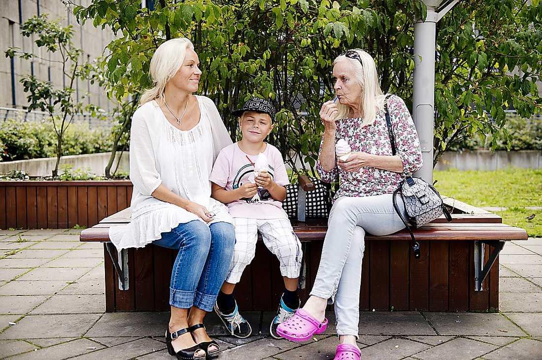 Marina Hansens mamma Lillian är dement och klarar sig inte själv. Men Marina kunde inte få in henne på ett boende, eftersom Lillian först inte samtyckte. Lagen måste ändras för att hjälpa personer som Lillian, skriver debattörerna.