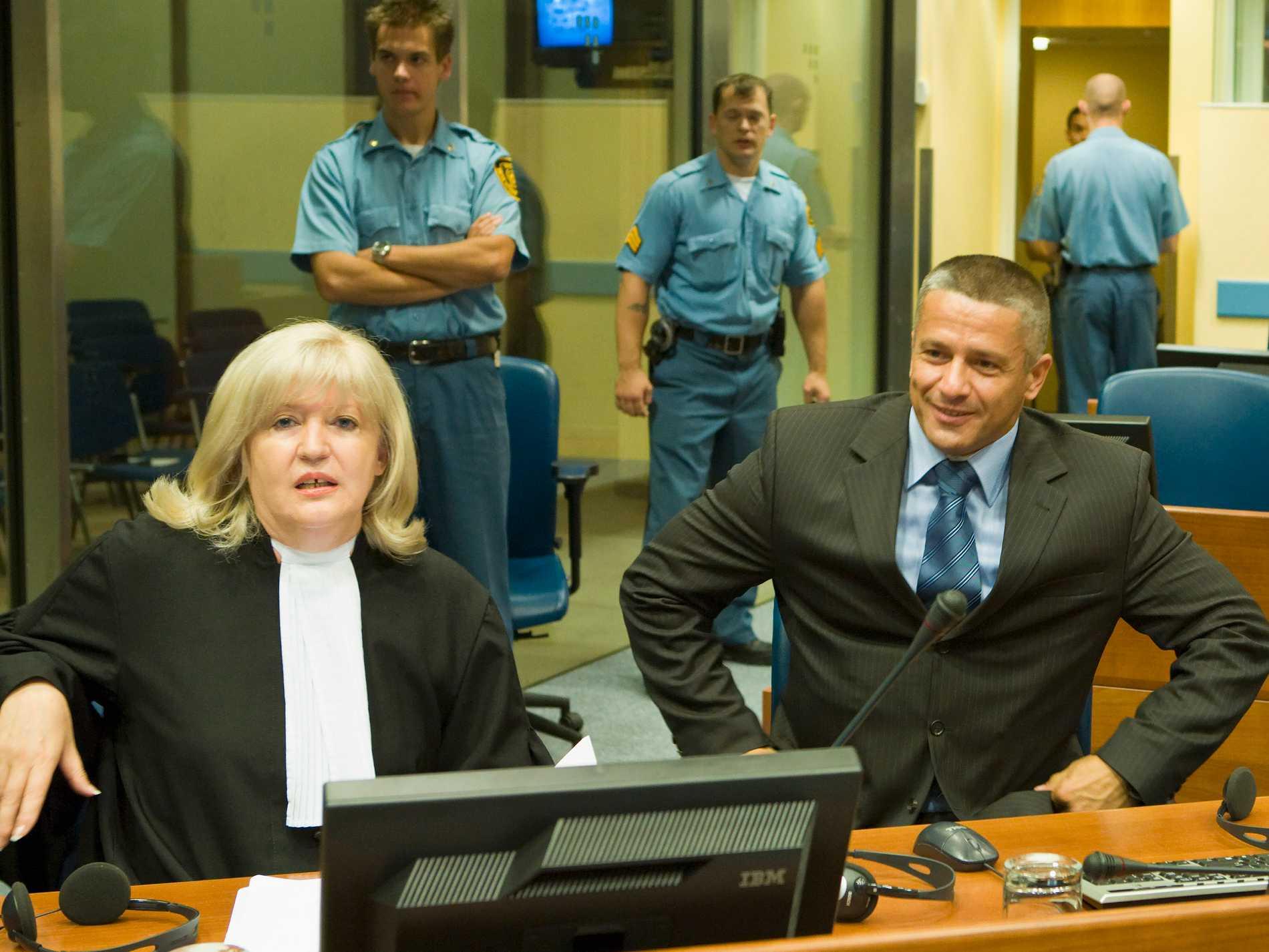 Naser Orić med sin advokat i domstolen i Haag 2008. Arkivbild.