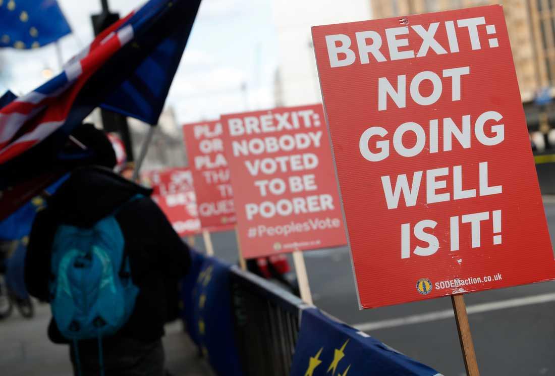 Britterna känner en stor frustration över att deras politiker är handlingsförlamade.