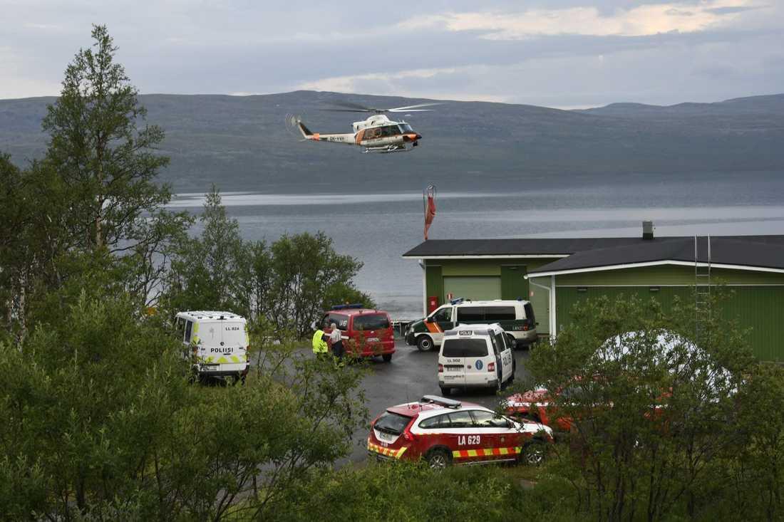 Helikoptersök vid olycksplatsen.