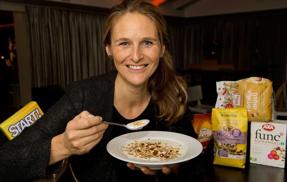 """VARNAR FÖR SÖTCHOCKEN Dietisten Anna Ottosson avslöjar att müslin som marknadsförs som hälsosam inte alltid är det. """"Det är väldigt stor skillnad mellan de olika produkterna i sockermängd och hur hälsosamma de egentligen är"""", säger hon."""